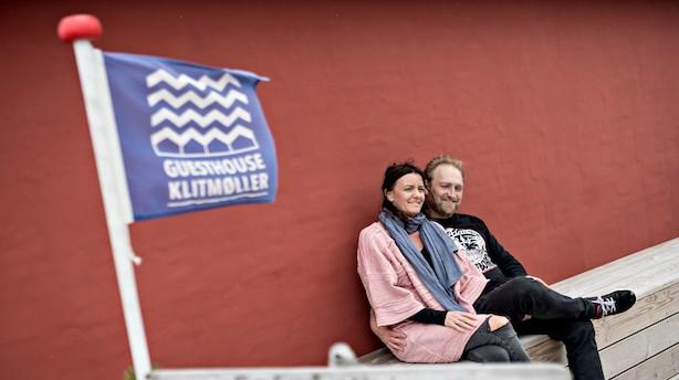 Ægtepar rider på bølgen i Cold Hawaii: Guesthouse, rejsebureau, pizzabar og surfbutikker