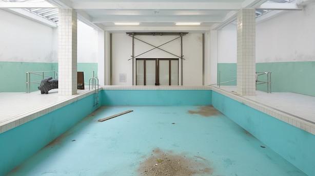 Kunstanmeldelse: Badeanstalt er så troværdigt iscenesat, at man får en klam fornemmelse
