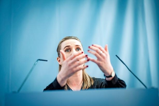 """Mette F. under pres for at lægge detaljer frem om pensionsforslag: """"Det er jo ren skyggeboksning det, der foregår"""""""