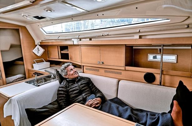 """Købte sin 38 fods familiebåd brugt i Italien: """"Folk synes, det er eksklusivt, men det er jo en campingvogn på vand"""""""