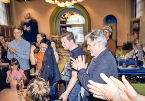 """128 skakspillere kæmper om et parti mod Magnus Carlsen: """"Han er skakkens svar på en rockstjerne"""""""