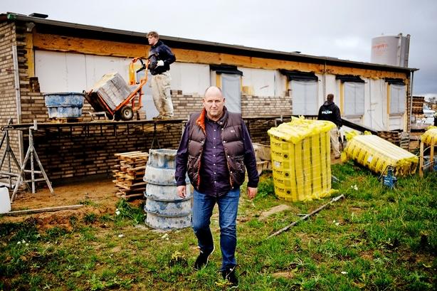 Stenrig husbygger kedede sig: Skabte succesfirma igen