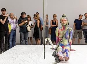 Politik, privatfly og bodypaint på årets største kunstmesse