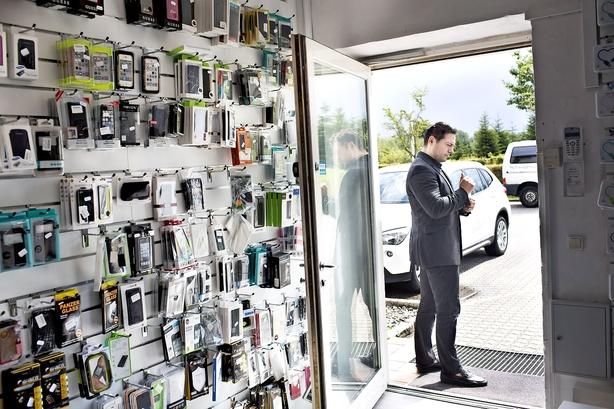 Mobilbutik i krise: Bløder millioner og fyrer halvdelen af medarbejderne
