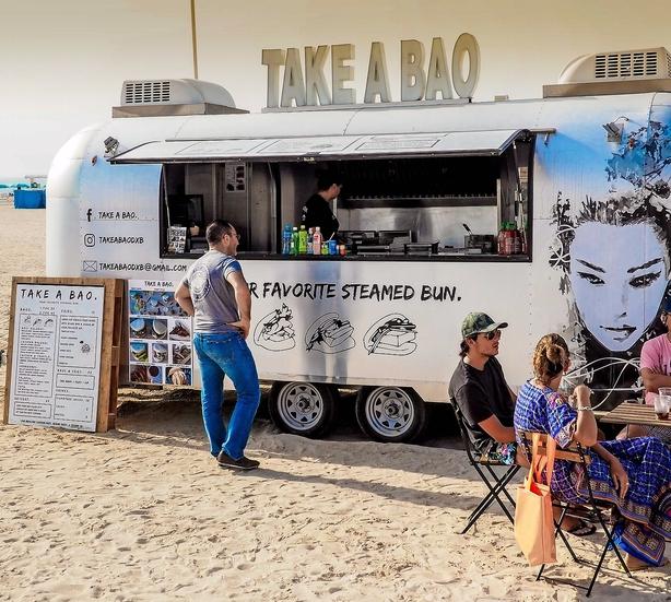 Dubai: Guide til shawarma og burgere på stranden frem for caviar og foie gras i glastårne