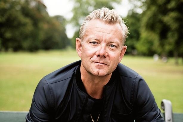 """Casper Christensen har skiftet komik og natklub ud: """"Jeg er blevet veganer, mediterer og helliger mig nu familien"""""""