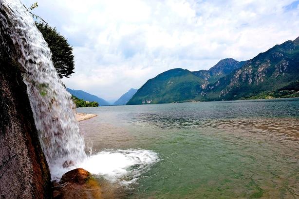 Lago d'Idro byder på kitesurfing og sindsro